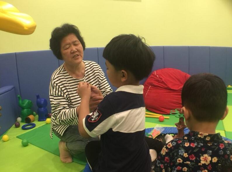自闭症儿童的家人,要时刻陪伴孩子,不能离开